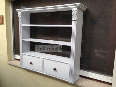 Provence bútor, antikolt fehér ónémet falipolc.