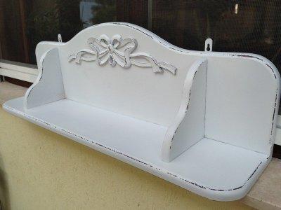 Provence bútor, fehér antikolt fali polc.