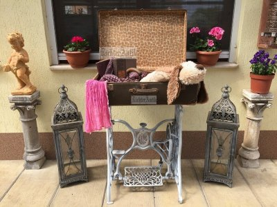 Provence bútor, antikolt vas asztal bőrönd tetővel.