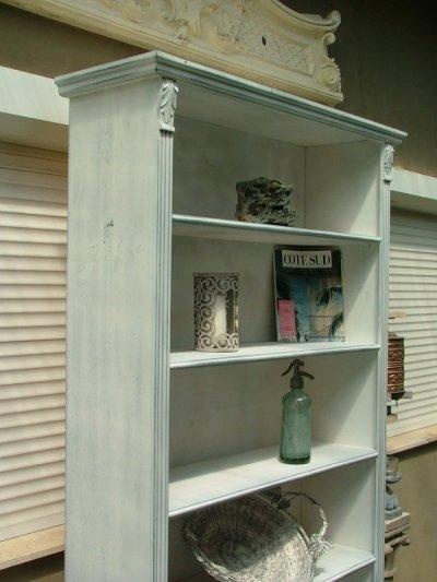 Provence bútor, fehér antikolt könyves szekrény, könyvszekrény.