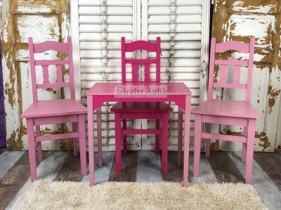 Shabby Chic, rózsaszínű antikolt székek.