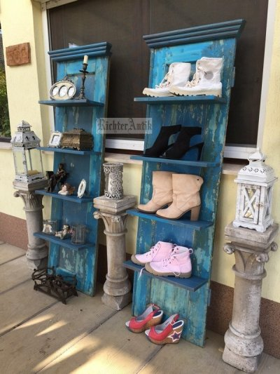 Provence bútor, kék antikolt előszobafal, polc.